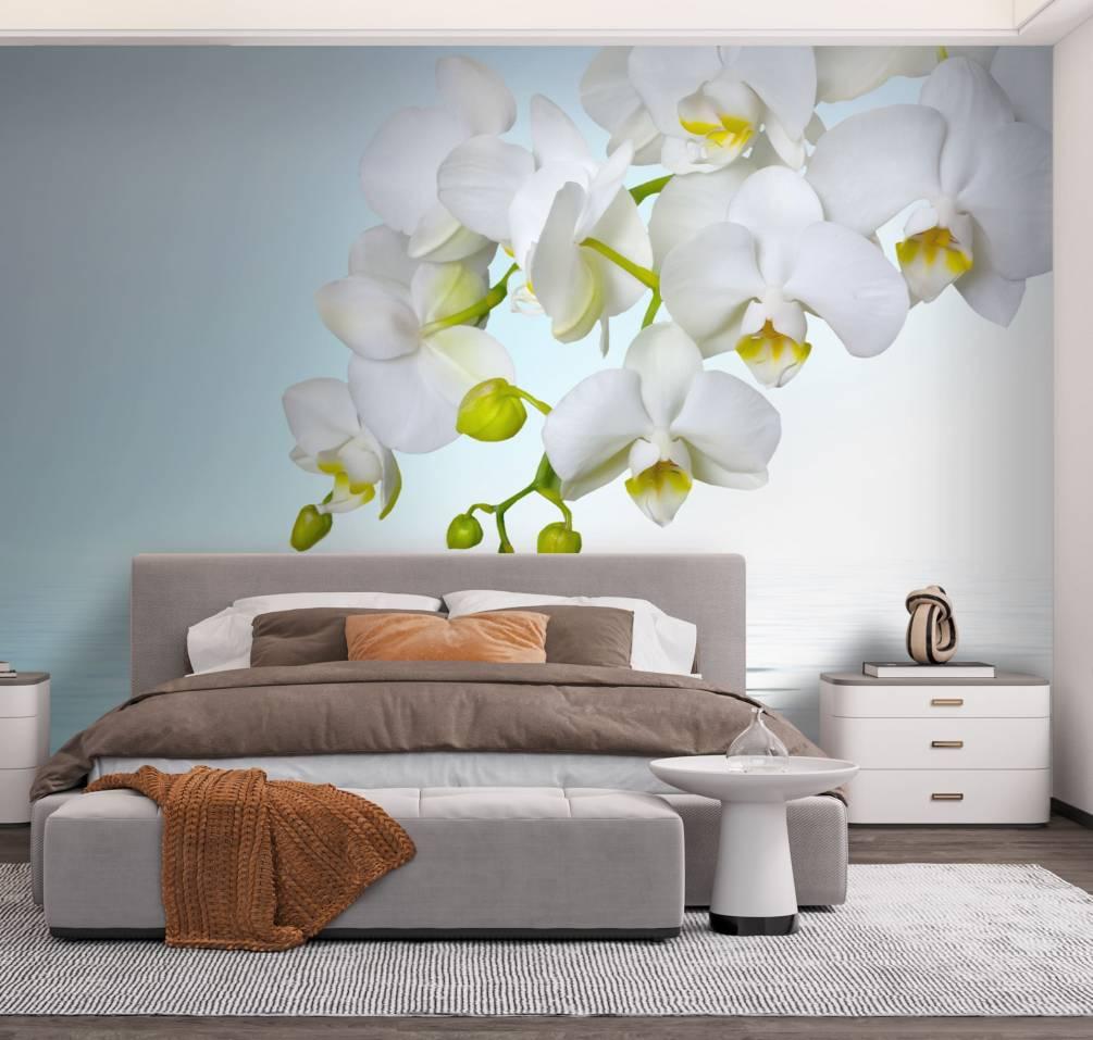 Цветочные сюжеты всегда были оптимальным выбором при украшении спальни