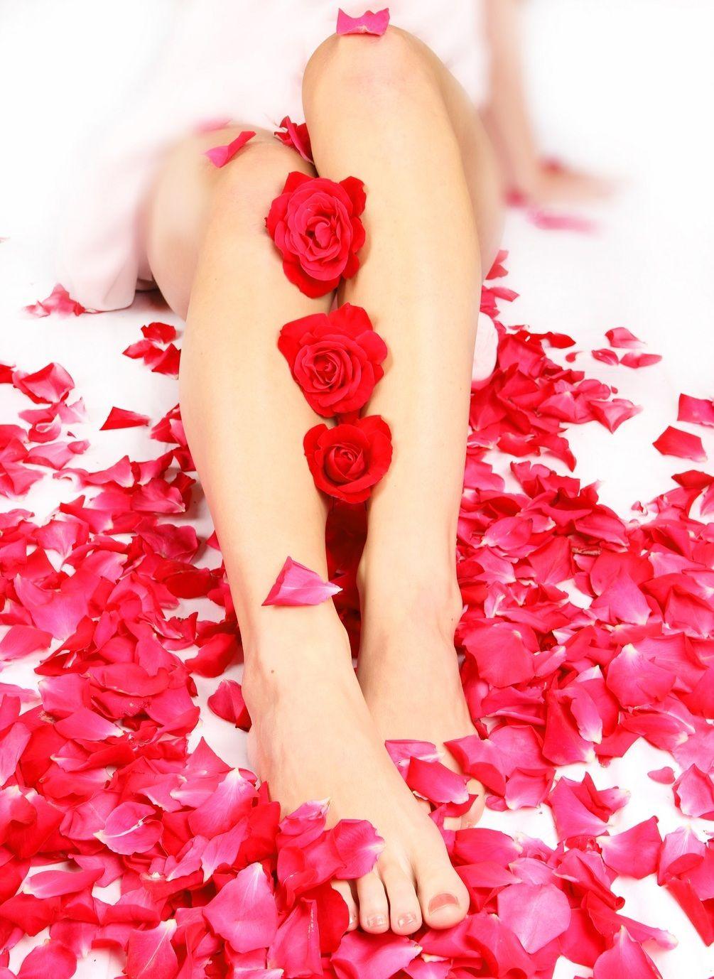 живые цветы у женских ног картинки что бросается